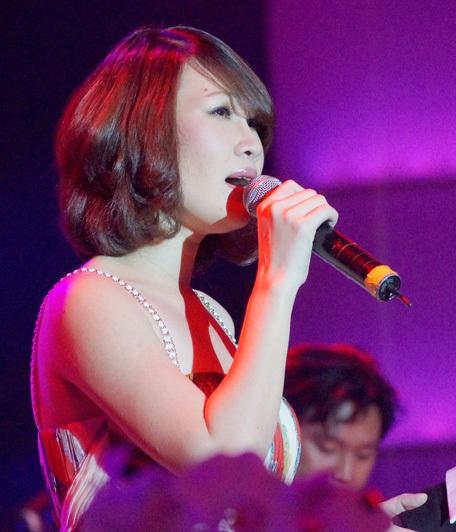 Ngọc Phạm thể hiện hai ca khúc 'Ngàn thu cổ thụ' và 'Tưởng đã phôi pha', được chính Jimmii Nguyễn đệm đàn guitar.
