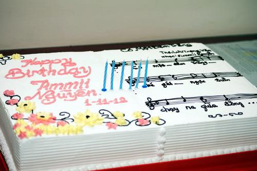Ngoài ra, cô còn tặng anh một chiếc bánh kem lớn có hình dạng của một bản nhạc.