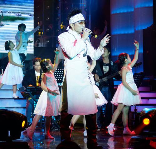 Trước đó, Jimmii Nguyễn mở màn đêm nhạc mừng sinh nhật lần thứ 42 bằng ca khúc 'Ta trở về' đầy tâm trạng.