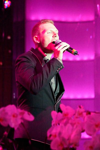 Trong chương trình, các ca sĩ khách mời lần lượt hát những ca khúc do Jimmii Nguyễn sáng tác. Chàng ca sĩ ngoại quốc Kyo York thổn thức với 'Em'.