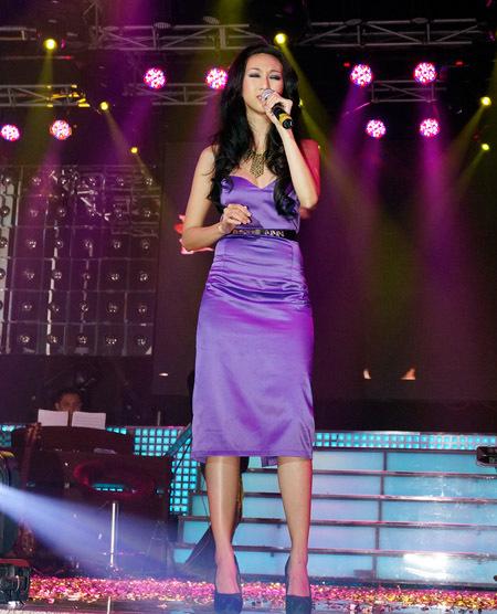 Lều Phương Anh cover bài hit 'Tình như lá bay xa' của chủ nhân đêm nhạc.