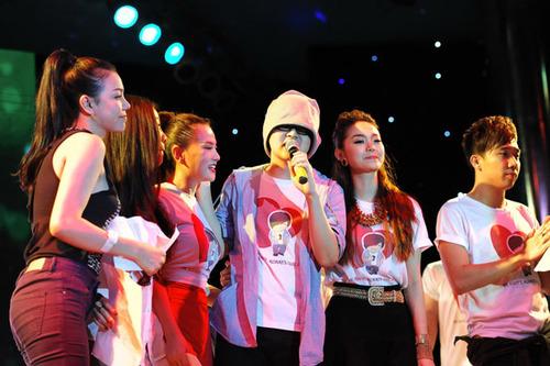Khi anh hát, các nghệ sĩ đã cùng bước lên sân khấu hòa giọng cùng anh.