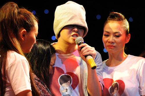 Mẹ của Wanbi Tuấn Anh không kiềm được cơn xúc động. Bà ôm chầm lấy con trai khóc nức nở.