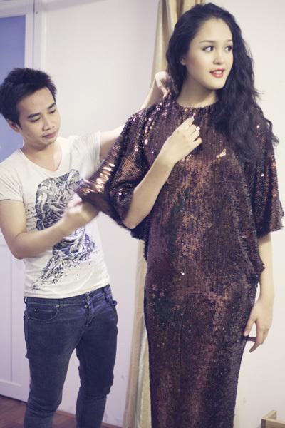 Á hậu Hoàng Anh được nhà thiết kế Huy Trần tài trợ toàn bộ trang phục dự tiệc cũng như trang phục hàng ngày trong suốt 20 ngày cô tham gia cuộc thi Hoa hậu Trái đất 2012 tại Philippines.