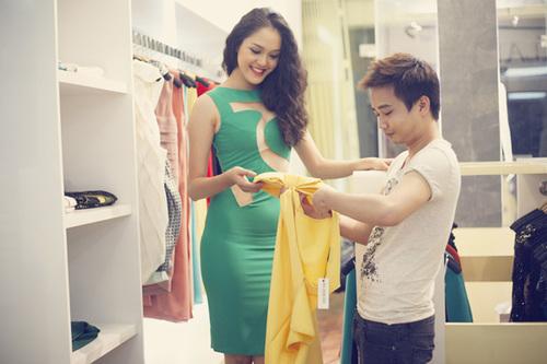 Cô vừa có buổi gặp gỡ nhà thiết kế để lựa chọn và thử trang phục