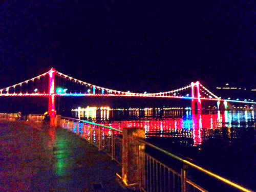 Cầu Thuận Phước đổi màu vào buổi tối.