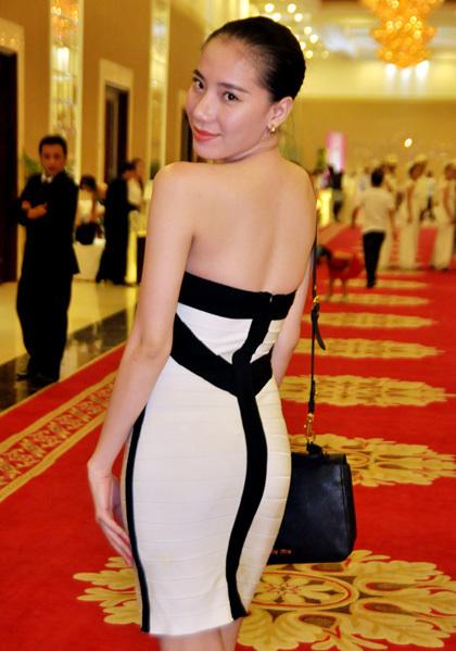 Tham dự sự kiện này còn có người mẫu Chung Thục Quyên. Cô diện váy ngắn ôm sát, khoe lưng trần.