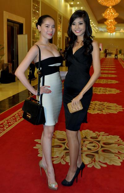 Chung Thục Quyên chụp ảnh kỷ niệm cùng 'Người đẹp biển' Ninh Hoàng Ngân của Hoa hậu Việt Nam 2012.