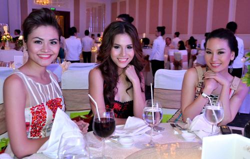 Các người mẫu Quỳnh Trang, Khánh Phương, Phạm Thùy Linh rạng rỡ trước ống kính.