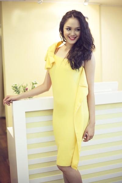 Hoàng Anh từng đạt danh hiệu Á hậu 2 của cuộc thi Hoa hậu Việt Nam 2012. Cô thu hút bởi nụ cười duyên dáng và gương mặt xinh đẹp, phúc hậu.
