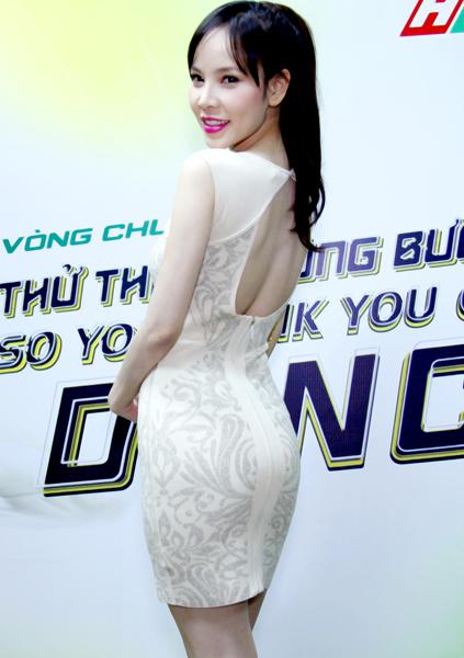 Thiết kế ôm sát và hở lưng giúp người đẹp khoe trọn vẻ sexy khi tới xem chương trình 'So you think you can dance' phiên bản Việt diễn ra tại TP HCM.