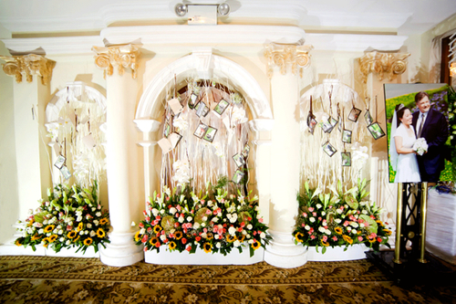 Wedding planner đã tận dụng chính kiến trúc sẵn có của khách sạn để đem nét thiên nhiên vào trong không gian.