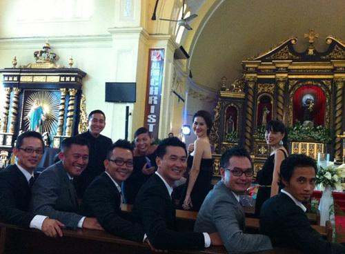 Một số diễn viên như Quốc Cường, Hứa Vĩ Văn... chỉ chia sẻ rằng, họ đang đi chơi ở Philippines, tuyệt đối không đả động gì đến đám cưới của 'cô Trúc'.