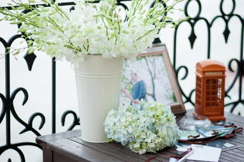 Tiệc cưới mang sắc nâu ấm cúng kết hợp cùng những gam màu nhẹ hơn như trắng, xanh của hoa tươi.