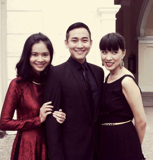 Diễn viên Hứa Vĩ Văn hội ngộ người mẫu Thủy Tiên (trái) của nhóm Hoa Học Đường nổi tiếng một thời.
