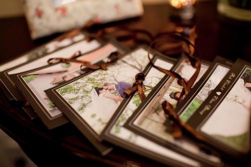Mỗi vị khách sẽ viết lời chúc lên tấm bưu thiếp và treo lên cây.