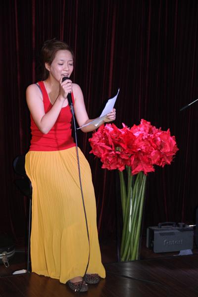 Đinh Hương cũng trổ tài viết lời Việt cho một ca khúc quốc tế trong liveshow này.