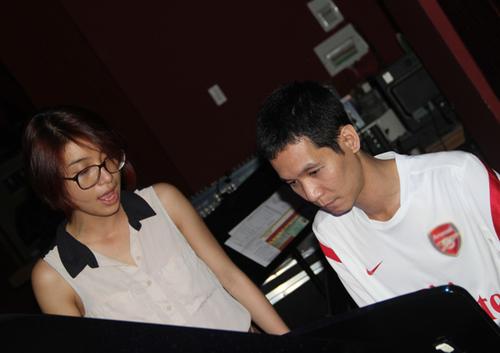 Tiêu Châu Như Quỳnh được giám đốc âm nhạc Hoài Sa đánh đàn piano để tập hát.