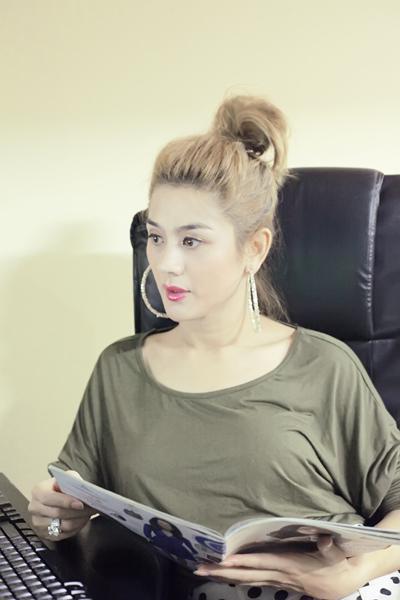 Hàng ngày, Khanh Chi Lâm đọc sách báo, lên mạng xem tin tức và vào facebook cá nhân trò chuyện với bạn bè cùng các fan.