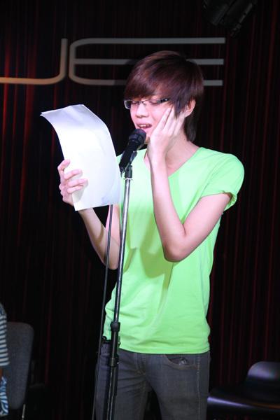 Đào Bá Lộc chăm chú học thật kỹ lời bài hát.