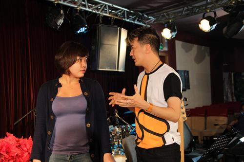 Anh chia sẻ với Xuân Nghi nhiều kinh nghiệm biểu diễn.