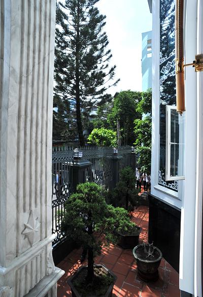 Ở mỗi tầng đều có một ban công nhỏ để trồng cây cảnh