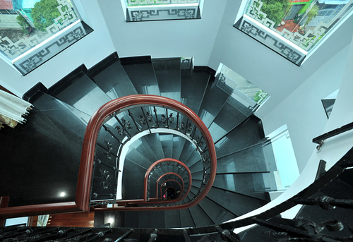 Căn nhà có 6 tầng nên ngoài cầu thang bộ, vợ chồng Trang Nhung còn lắp hệ thống thang máy để thuận tiện cho việc di chuyển lên các tầng cao hơn.