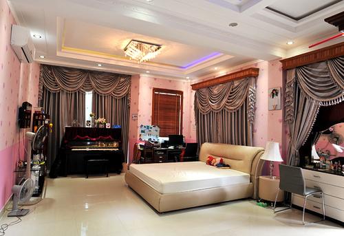 Phòng dành riêng cho con gái lớn của Trang Nhung với họa tiết màu hồng nhạt.