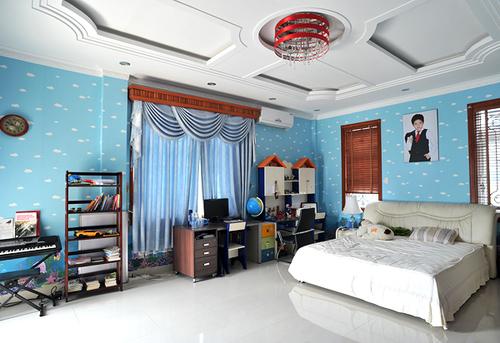 Phòng dành cho cậu con trai thứ hai lại có gam màu xanh nhạt.