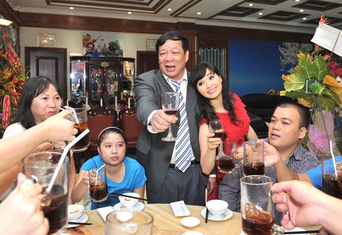 Hai vợ chồng Trang Nhung vui vẻ trong ngày dọn về nhà mới. Nữ ca sĩ