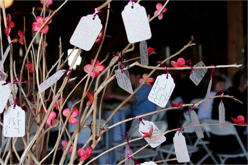Nếu tổ chức cưới vào dịp Tết, các đôi uyên ương có thể sử dụng những cành đào làm cây nguyện ước. Ngoài ra bạn cũng có thể mua những cành khô xinh xắn tại các cửa hàng hoa hoặc phụ kiện trang trí.