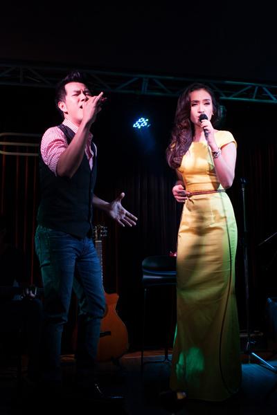 Trước đó, ở đầu chương trình, Hồ Trung Dũng song ca cùng Ái Phương ca khúc đang được yêu thích trên nhiều bảng xếp hạng 'Hứa với anh'.