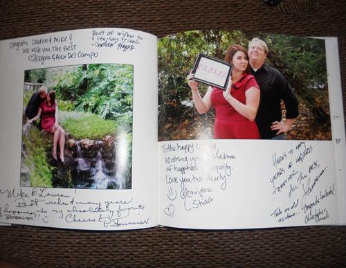 Đôi uyên ương cũng có thể in một quyển photobook bằng giấy mềm, kiểu dạng tạp chí, vừa để lưu trữ ảnh, vừa dành chỗ cho khách mời ký tên và ghi lời chúc.
