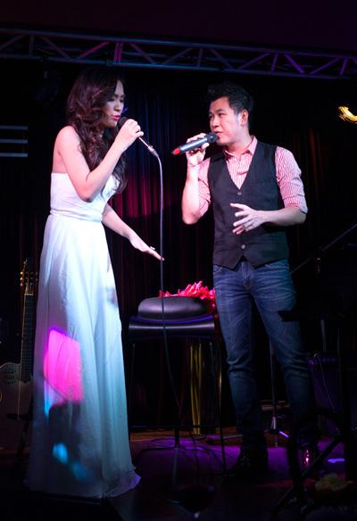 Cả hai tiếp tục đắm chìm trong những giai điệu lãng mạn của 'Tình không muộn màng', 'How deep is your love'...