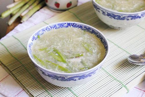 Trong măng tây có chứa nhiều chất xơ rất tốt cho hệ tiêu hóa của bé, được nấu cùng với thịt cua ngọt, dùng làm bữa ăn nhẹ, đơn giản nhưng đầy đủ chất dinh dưỡng cho bé yêu.