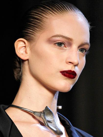 Môi: Chuyên gia trang điểm McGrath đã sử dụng son màu đỏ đậm để tô đều lên môi. Sau đó phủ son bóng nhiều hơn so với bình thường lên trên, tạo cảm giác đôi môi đỏ mọng như trái sơ-ri.