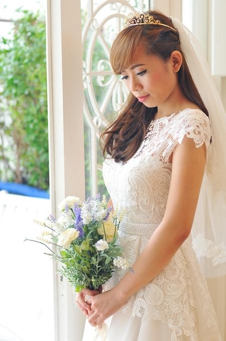 Gương mặt được trang điểm nhẹ nhàng, trong sáng của Hà rất hợp với kiểu váy nhẹ nhàng, thanh mảnh này.