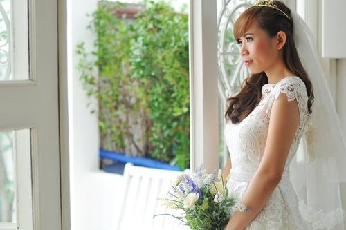 Lưng váy khoét sâu, nhấn nhá bằng một đai đính cườm tại eo khoe được nước da sáng mịn của cô dâu và vòng eo nhỏ gọn.