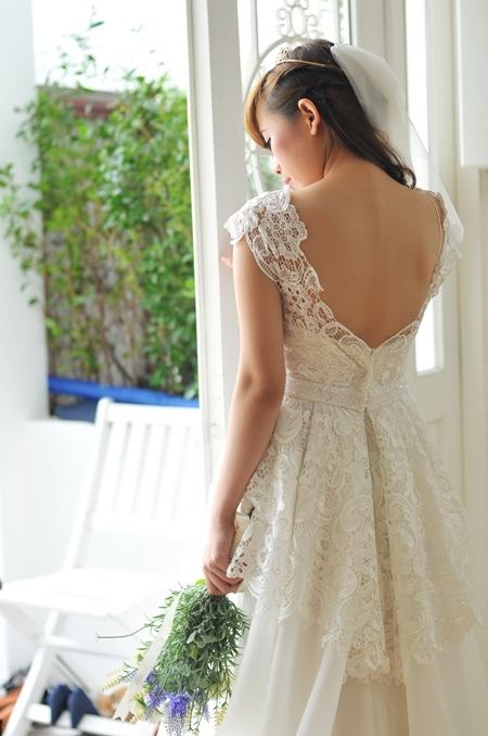 """Thân váy được đắp thêm một lớp ren xéo, theo xu hướng váy mullet làm """"ăn gian"""" phần nào chiều cao cho cô dâu."""