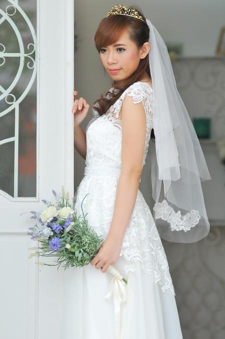 Lớp vải mỏng, bồng bềnh, không sử dụng tùng khi mặc làm cô dâu gọn gàng và dễ di chuyển hơn. Phần thân váy này cũng giúp cô dâu mềm mại và duyên dàng hơn.
