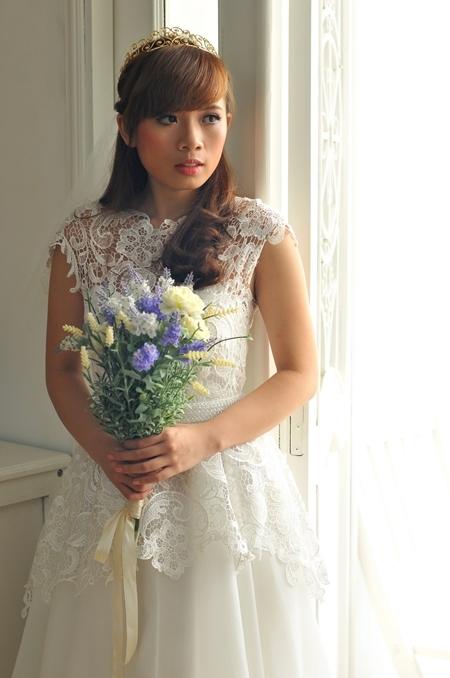 Khi chọn váy có họa tiết ren cầu kỳ, cô dâu nên sử dụng ít phụ kiện. Đặc biệt, không nên dùng vòng cổ với áo ren đắp qua vai.