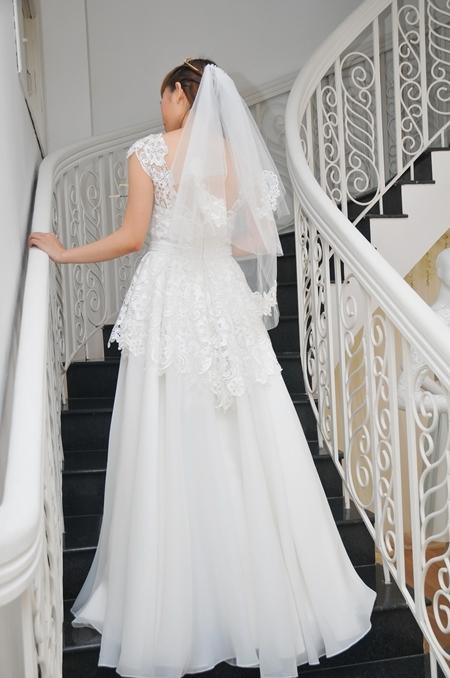 Váy cưới của Trương Thanh Hải được chú trọng cả mặt trước và mặt sau, để tạo sự hoàn hảo nhất.