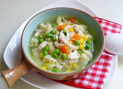 Vị ngọt của các loại rau củ và gà xé được nấu cùng với nui mang đến cho bé yêu nhà bạn một món súp rất ngon miệng và hấp dẫn với cách làm rất nhanh mà đơn giản.