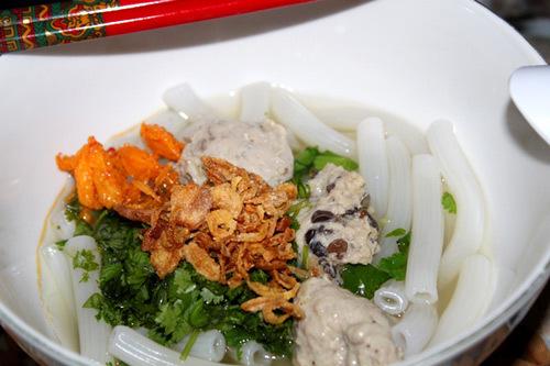 Súp nui với giò sống trộn mộc nhĩ, rắc hành phi, thêm ít thịt cua xào, là có bát súp đơn giản mà ngon cho cả gia đình.