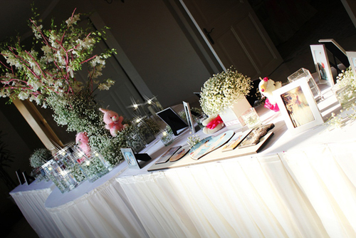 Cuối cùng, bàn Gallery cùng với cây ước nguyện đã giữ được sở thích trọn vẹn của cô dâu là vừa có hoa baby vừa có những cặp đôi thú nhồi bông, vừa có nến bên cạnh những tấm hình kỷ niệm tình yêu của 2 người.