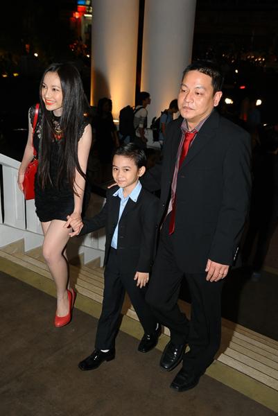 2. Diễn viên Kim Hiền mặc ton sur ton đen với bạn trai và con trai Sonic, tới mừng Hà Tăng lên xe hoa.