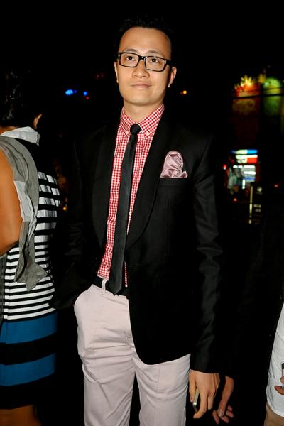 9. Bạn diễn thân thiết của Hà Tăng  diễn viên Lương Mạnh Hải ăn mặc rất bảnh bao.