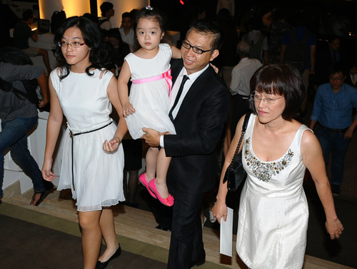 6. Nhiếp ảnh gia Phạm Hoài Nam đưa cả gia đình tới mừng hạnh phúc của cô Trúc.