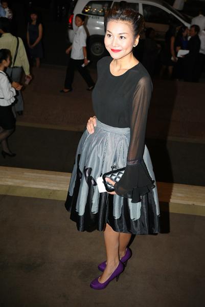 5. Thanh Hằng chọn váy vintage kín đáo, dễ thương đi tiệc. Cô tạo điểm nhấn bằng đôi giày màu tím nối bật dưới chân.