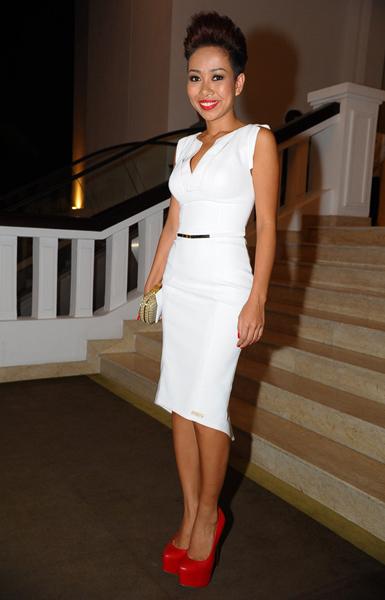 Thảo Trang Xấu Lạ khoe đường cong với váy trắng ôm sát.